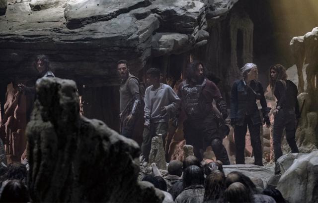 thewalkingdead-theworldbefore-midseason-finale-review-cave-cliffhanger-walkers